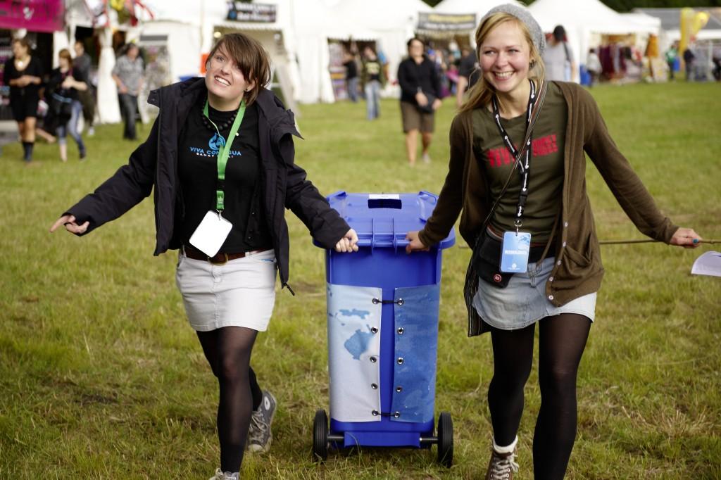 Pfandbecher sammeln auf Festivals-®Arne Stanelle