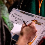 Eine Teilnehmerin schreibt auf dem openTransfer CAMP Frankfurt einen Sessionvorschlag auf