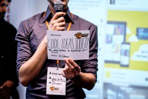 Ein Teilnehmer des openTransfer CAMPs hält seinen Sessionvorschlag auf einer Karte hoch.