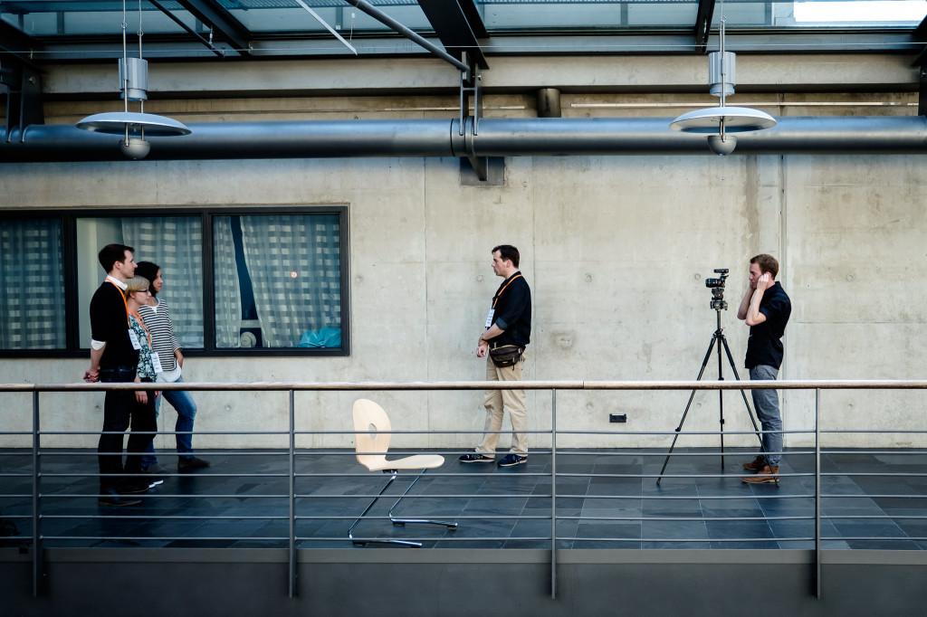 Ein Mann und zwei Frauen werden von einem Redakteur und einem Kameramann interviewt.