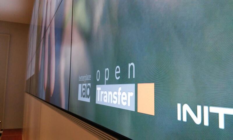 Das Logo von opentransfer auf einer großen Medienwand.