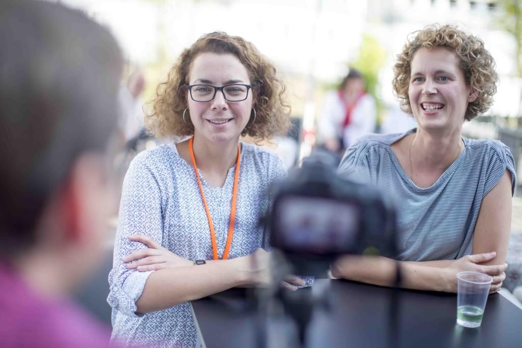 Zwei Frauen werden von einer Kamera gefilmt