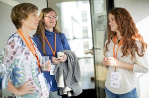 Drei Frauen stehen zusammen und unterhalten sich.