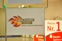 Ein Schild zeigt das openTransfer Logo