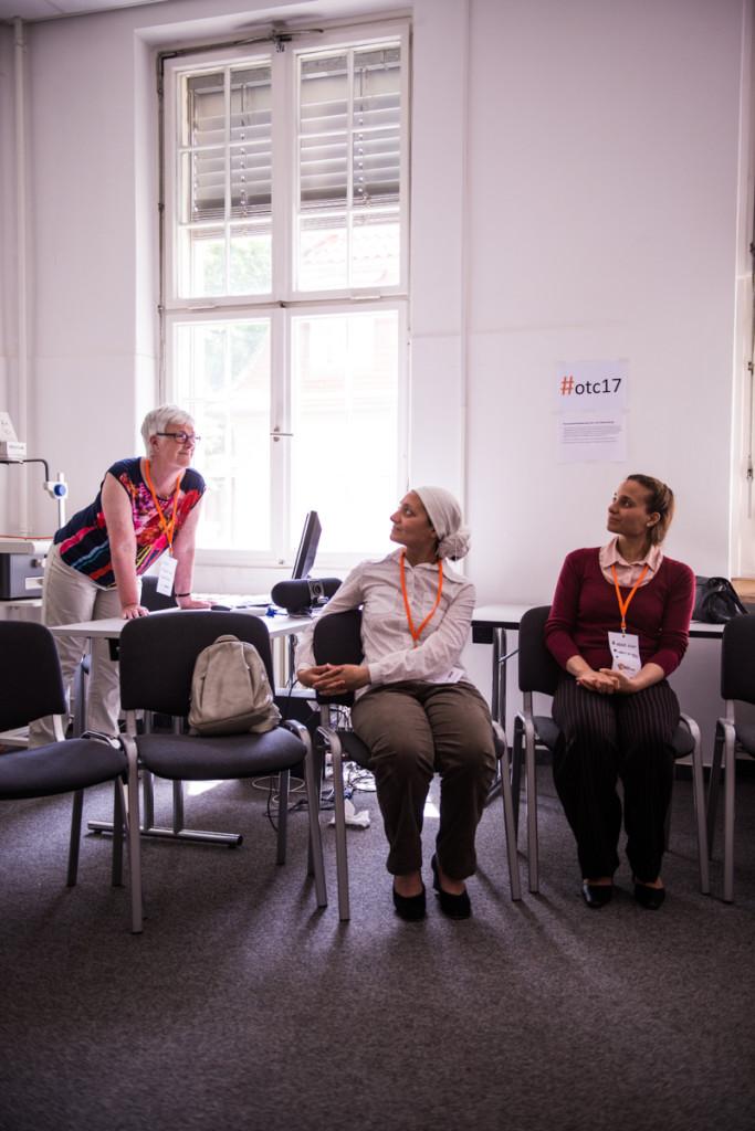 Drei Frauen in einem Seminarraum.